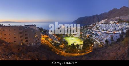 Spanien, Kanarische Inseln, Teneriffa, Acantilado de Los Gigantes, Stadtbild, Tennisplätze, Abend, - Stockfoto