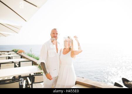 Hochzeit paar küssen und umarmen auf Felsen in der Nähe von Meer - Stockfoto