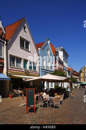 Deutschland, Niedersachsen, Stade, Old Town, Hausfassaden, Straßencafé, - Stockfoto