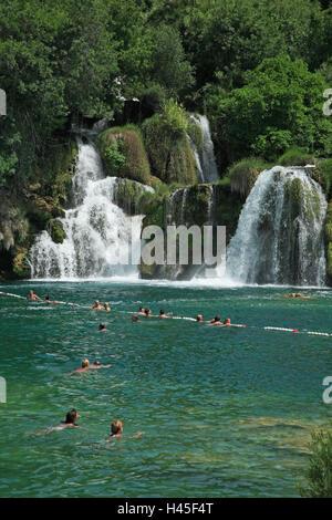 Kroatien, Dalmatien, Sibenik-Knin, Nationalpark Krka Wasserfällen, Skradinski backen, Touristen, haben ein Bad, - Stockfoto