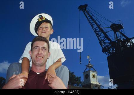 Vater und Sohn im Chatham historischer Dockyard maritime Museum. Kent. England. UK - Stockfoto