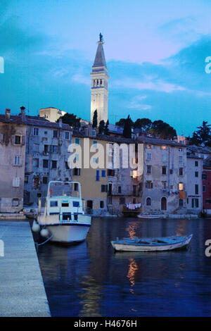 Kroatien, Istrien, Rovinj, Old Town, Kirchturm, Hafen, Boote, Dämmerung, - Stockfoto