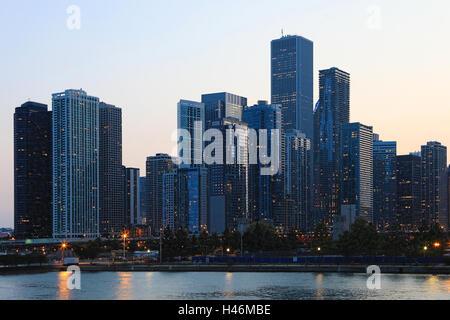 Ein Twilight-Blick auf die Skyline von Chicago - Stockfoto