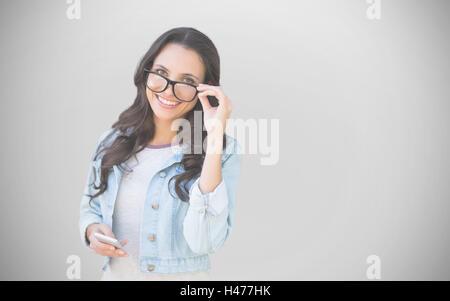 Zusammengesetztes Bild Brunette mit smartphone - Stockfoto