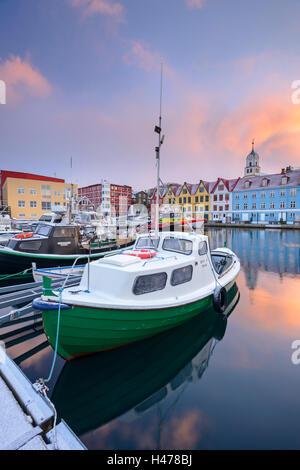 Bunten Booten und Gebäuden in Tórshavn Hafen, Färöer Inseln, Dänemark, Europa. Winter (April) 2015. - Stockfoto