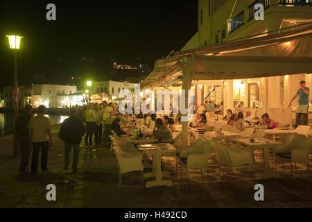 Griechenland, die Kykladen, Mykonos, Mykonos Stadt, Chora, Restaurants und Bars im alten Hafen, - Stockfoto