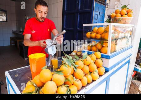 Machen frischen gepressten Orangensaft, Essaouira, Marokko - Stockfoto