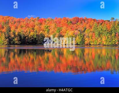 Herbstfarben und Nebel Reflektionen auf dem See, Quebec, Kanada - Stockfoto