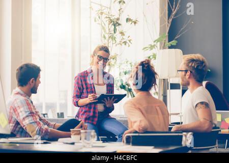 Junge Geschäftsleute arbeiten im Büro am neuen Projekt - Stockfoto
