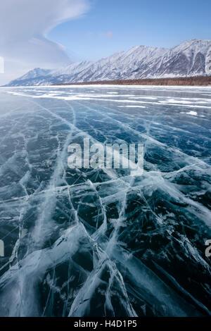 Blick auf schöne Zeichnungen auf dem Eis von Rissen und tiefen Gasblasen auf Oberfläche des Baikal-Sees im Winter, - Stockfoto