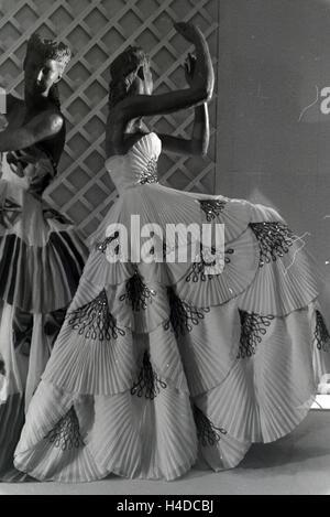 Schaufensterpuppen in Festlichen Abendkleidern, Hergestellt aus Dem Kunstfaserstoff Vistra des Chemieunternehmens - Stockfoto