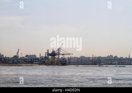 Fracht-Kran, Schiff und Getreide Trockner im Hafen Odessa, Ukraine