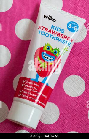 Wilko Erdbeer Kinder Zahnpasta für Kinder ab 3-6 auf rosa Tupfen Hintergrund - Stockfoto
