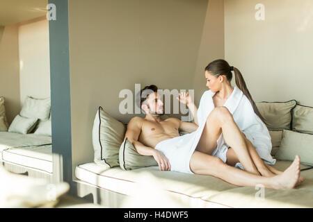Junges paar entspannende im Zimmer - Stockfoto