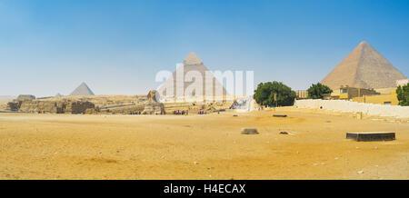 Drei größten Pyramiden und große Sphinx in der Mitte im Vordergrund, Gizeh, Ägypten. - Stockfoto