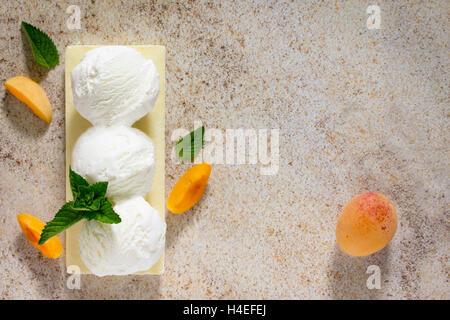 Eis mit Pfirsich in Form einer Kugel, Platz für Ihren Text. - Stockfoto