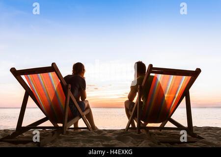 Paar, sitzen in Liegestühlen am Paradiesstrand und vollkommenes Leben nachzudenken - Stockfoto