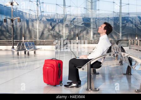 Geschäftsmann vorzustellen, Ideen während der Wartezeit im Flughafen-lounge Stockfoto