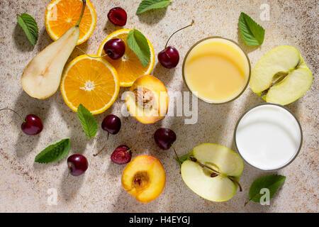 Sortiment von Obst und Beeren für die Herstellung von Milchshakes auf dem Stein Hintergrund. Frischen Bio-Zutaten. - Stockfoto