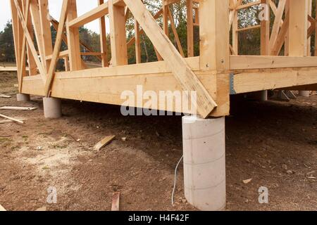 Verregneten Herbsttag Auf Der Baustelle. Bau Eines Holzhauses Im Wald. Bau  Des Hauses.