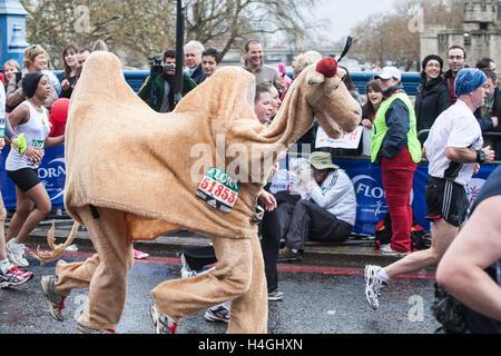 Läufer die Teilnahme an iconic London Marathon, England. Kamel. Laufen für Wasser Hilfe Liebe. London Marathon, - Stockfoto
