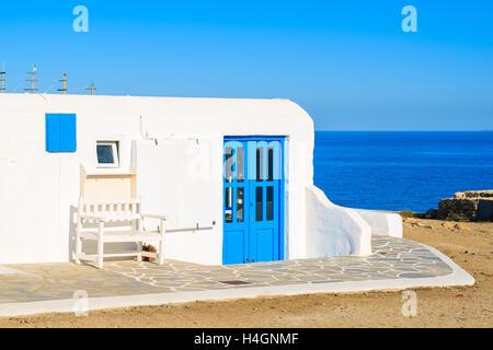 Weißen griechischen Haus mit blauen Meer im Hintergrund auf der Insel Mykonos, Griechenland - Stockfoto