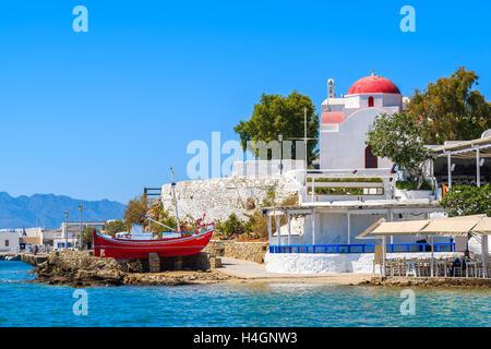 Angeln, Boot und Kirche auf Küstenpromenade in Mykonos-Stadt, Griechenland - Stockfoto