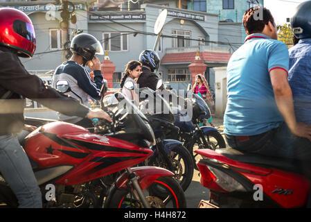Junges Mädchen auf dem Rücksitz des Motorrads in Kathmandu, Nepal. © Reynold Sumayku - Stockfoto