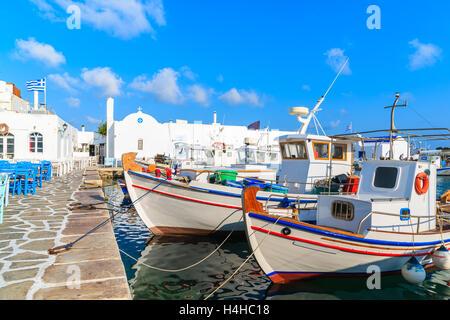 Typische Fischerboote im Hafen von Naoussa, Insel Paros, Kykladen, Griechenland - Stockfoto