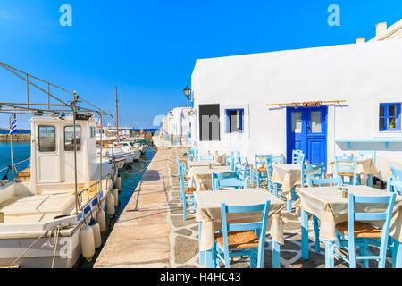 Taverna Tabellen und Angelboote/Fischerboote im Hafen von Naoussa, Insel Paros, Griechenland - Stockfoto