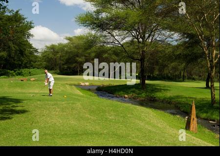 Man spielt Golf am Kilimanjaro Golf und Wildlife Estate, Arusha, Tansania - Stockfoto
