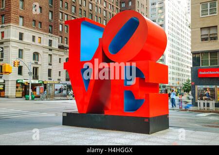 NEW YORK CITY - 5. SEPTEMBER: Love Sculpture 55th Street mit Touristen im 5. September 2015 in New York City. - Stockfoto
