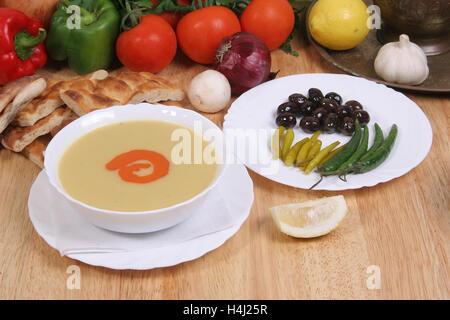 Linsensuppe, serviert mit Oliven, eingelegtes Gemüse und Chili - Stockfoto
