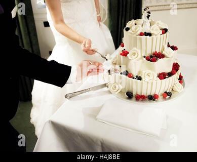 Braut und Bräutigam vorbereiten Hochzeit Kuchen essen - Stockfoto