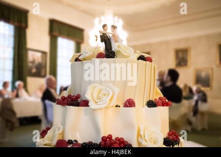 Hochzeitstorte mit männlichen und weiblichen paar Figurinen - Stockfoto