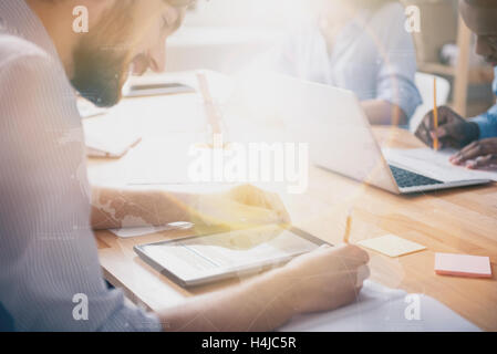 Lebhaft bärtigen Kerl in Bibliothek mit anderen Studenten studieren - Stockfoto