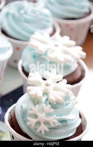 Cup Cakes mit Schneeflocken in der Farbe hellblau für eine feiert Geburtstagsparty Dekoration - Stockfoto