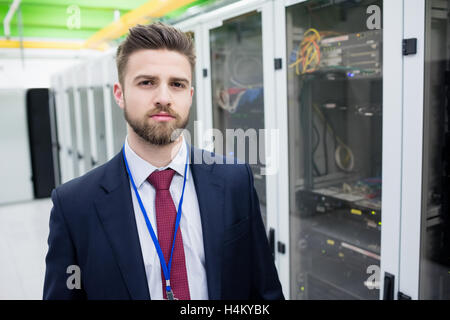 Techniker stehen in einem Serverraum - Stockfoto