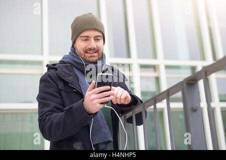 Mann lässig gekleidet in der Stadt an einem Wintertag saisonale - Stockfoto