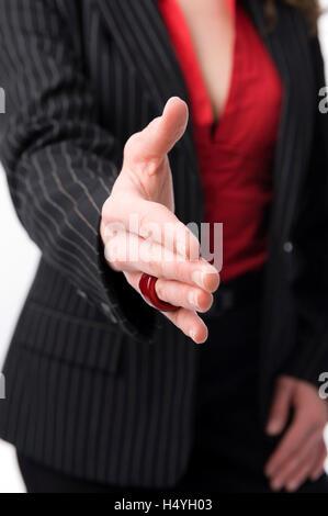 Business-Frau mit ausgestreckten Hand Handshake - Stockfoto