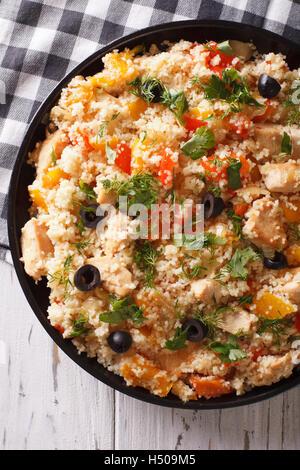 Couscous mit Fleisch und Gemüse Nahaufnahme auf dem Tisch. vertikale Ansicht von oben - Stockfoto