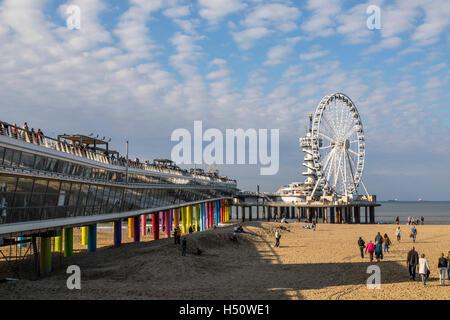 Nordsee-Strand von Scheveningen, Küsten Viertel von den Haag, Niederlande, renoviert am Meer Pier, Riesenrad, Restaurants, - Stockfoto