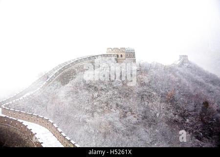 Bestandteil der Mutianyu Abschnitt der Great Wall Of China unter dem Schnee im Winter bei Mutianyu nahe Beijing - Stockfoto