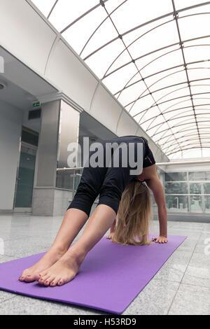 Sportliche Frau praktizieren Yoga darstellen. - Stockfoto