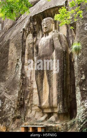 Sasseruwa Buddha-Statue in Abhaya Mudra (haben keine Angst vor dem darstellen), Rasvehera Wald Kloster, Sasseruwa, - Stockfoto