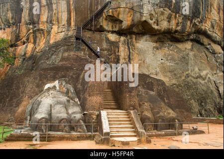Lion es Pfoten Treppe hinauf Felsenfestung Sigiriya, Sigiriya, Sri Lanka - Stockfoto