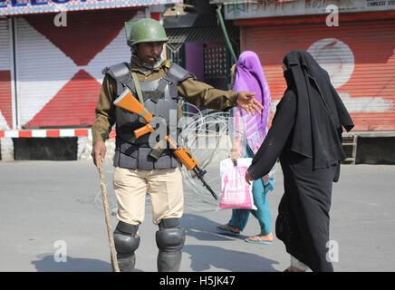 Srinagar, Indien. 20. Oktober 2016. Eine paramilitärische Trooper Menschen in Richtung Altstadt in Indien kontrollierten - Stockfoto