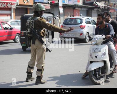 Srinagar, Indien. 20. Oktober 2016. Eine paramilitärische Trooper Pendler in Richtung Altstadt in Indien kontrollierten - Stockfoto