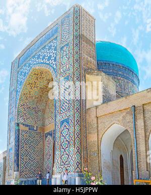 Das Tor der Moschee Kok Gumbaz (Blue Dome) dekoriert mit den islamischen Mustern von den bunt glasierten Fliesen - Stockfoto