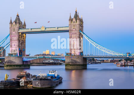 Tower Bridge in London bei Sonnenuntergang mit einem hellblauen Himmel - Stockfoto